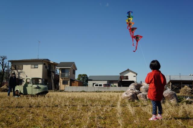 連凧をあげる子供とミゼット