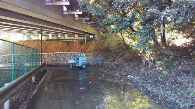 国道20号バイパス下の湧水