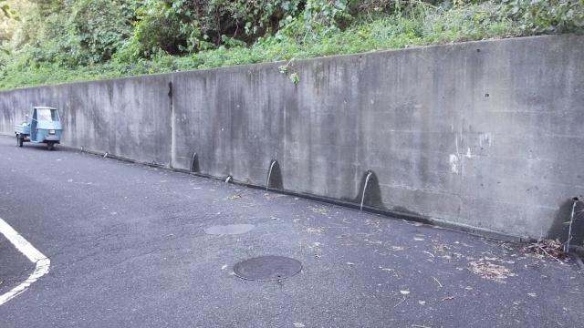 中央高速沿いのコンクリート壁から勢いよく出る湧水