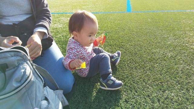 芝生の上にて、息子
