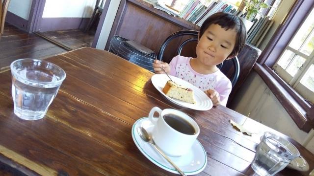 ケーキを食べて嬉しそうな娘