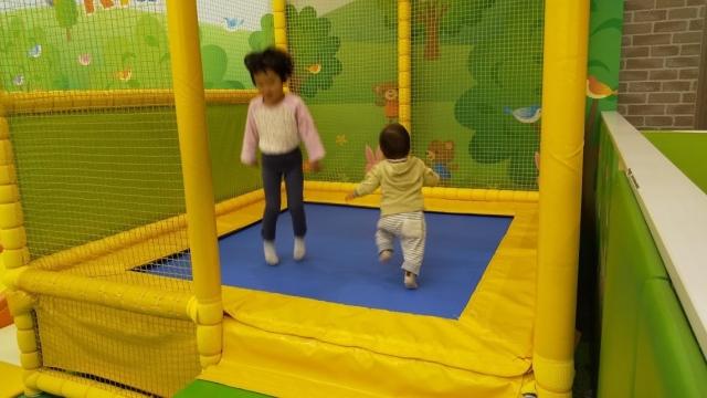 ジョイフル本田のトランポリンで兄弟が遊ぶ