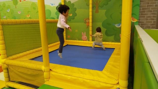 ジョイフル本田のトランポリンで小さな兄弟が遊ぶ