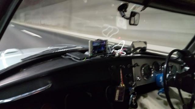 トンネルの中を行くトヨタスポーツ800