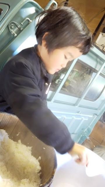 今年は、娘が餅つき機にお米を入れました