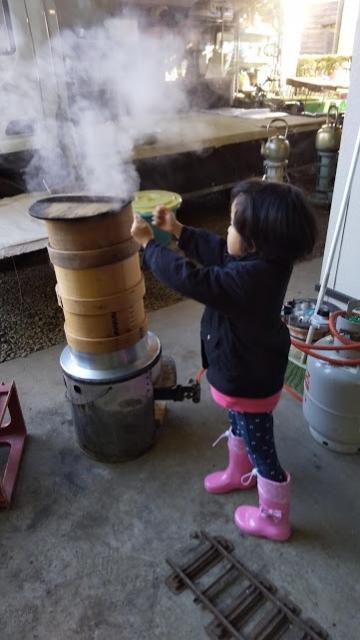 蒸籠の蒸気で遊ぶ娘