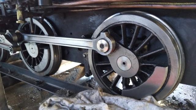 C21の動輪も磨く