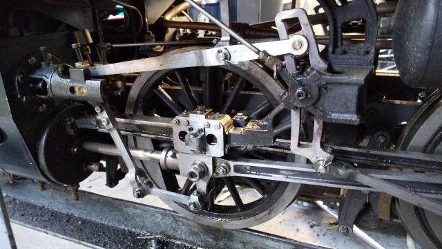 C56の動輪を磨く
