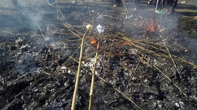 火でもち玉を焼きます
