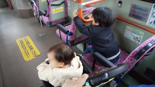 家族でバスに乗る
