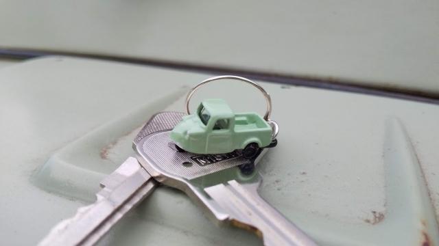 ミゼットの鍵とNゲージのストラクチャ用ミゼットを使ったキーホルダー