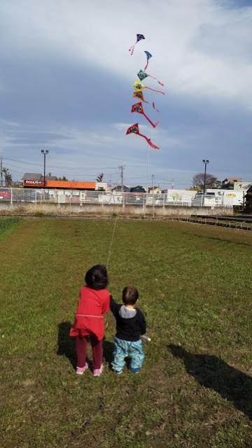 子どもたち、春一番の風で凧揚げ