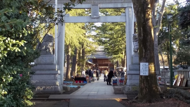 諏訪神社の参道で開催される骨董市