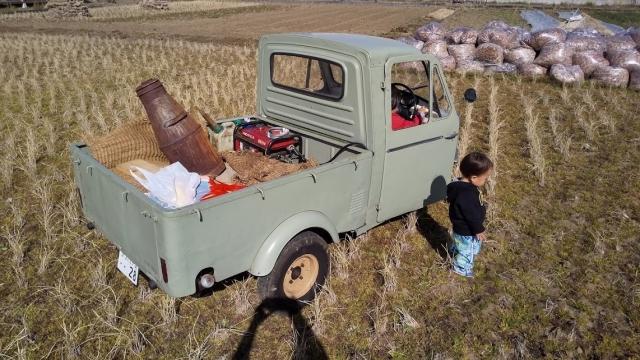 ミゼットの周りで遊ぶ子供達