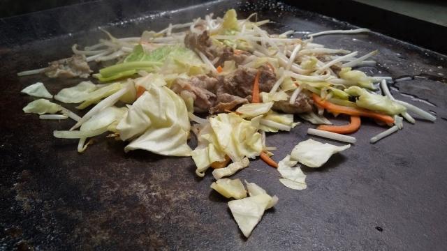 まずは野菜と肉を炒めて