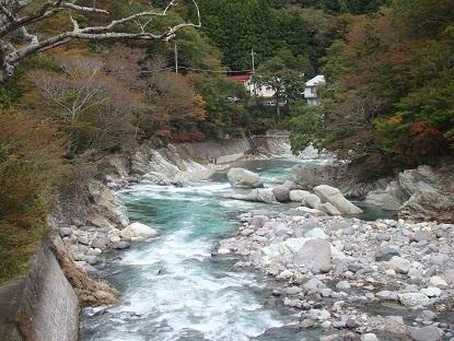 七つ岩つり橋から渓流1