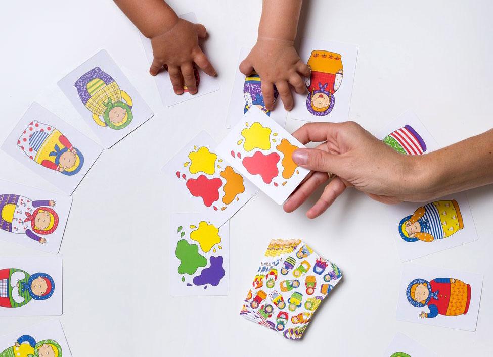かわいいマトリョーシカ:乳児と遊戯中
