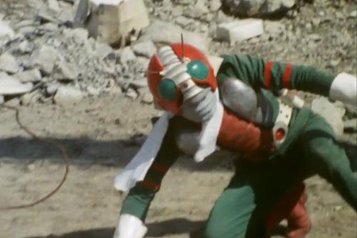 仮面ライダーV3が鉄球をぶち当てられてやられてしまう。