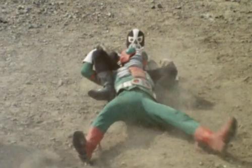 仮面ライダーV3が鉄球をぶち当てられてやられてしまう