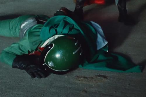ゴレンジャーのミドレンジャーが毒ガスにやられて斃れてしまう。