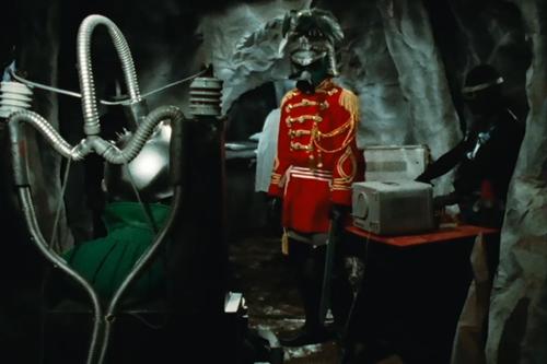 やられて捕らわれたミドレンジャーが電気椅子で拷問される