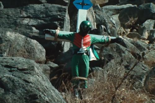 戦隊ヒーローのミドレンジャーが磔にされる