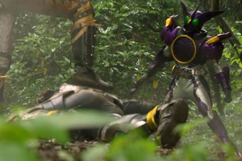 仮面ライダーオーズが完全態になった敵にやられる。