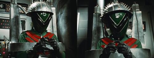 戦隊ヒーロー、ゴレンジャーのミドレンジャーがやられて捕らわれる