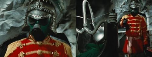 戦隊ヒーロー、ミドレンジャーが拘束され電気椅子で拷問される