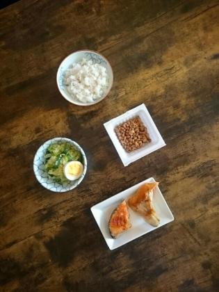20191205鮭カマ(焼)、 納豆、キャベツとピーマンの炒めものと玉子1