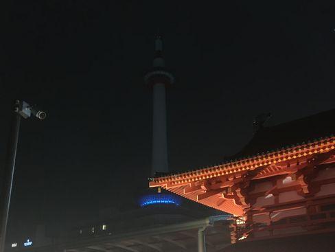 消灯後の京都タワーと羅生門模型_R01.12.26撮影