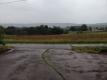 雨に濡れる道路と畑