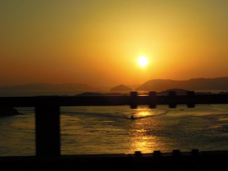 瀬戸大橋からの朝日