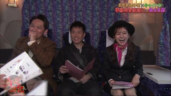 増田紗織、ミニスカバスガイド衣装でパンチラ?連発!! (9)
