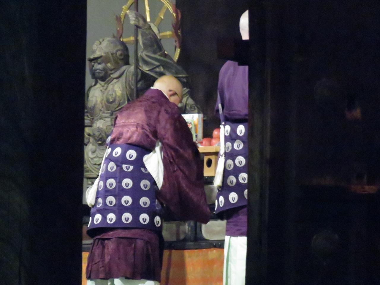 法要をする僧侶