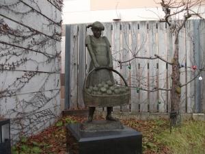191219りんご園の少女
