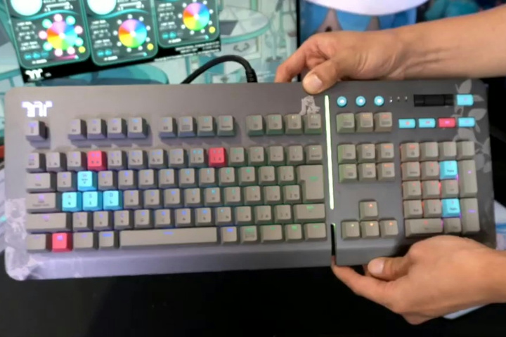 Thermaltake_Level_20_Keyboard_HATSUNE_MIKU_Edition_03.jpg