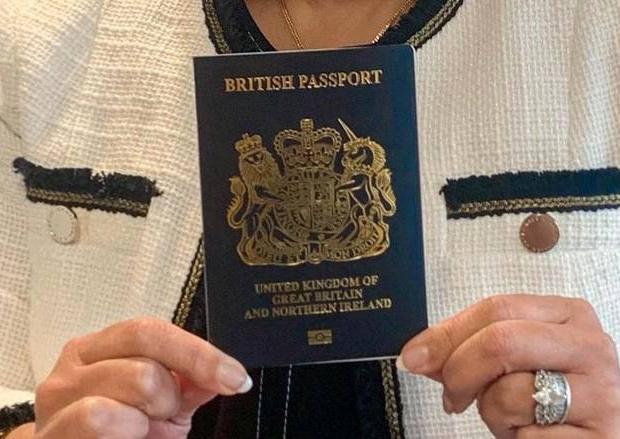 青色の表紙を持つ英国の新たなパスポート